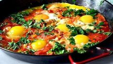 Traditional shakshuka - Israeli breakfast with eggs, sweet peppers, onions, garlic, tomatoes and herbs. A simple and healthy authentic recipe. Israeli Breakfast, Good Food, Yummy Food, Brunch, 30 Minute Meals, Morning Food, Great Recipes, Food To Make, Breakfast Recipes