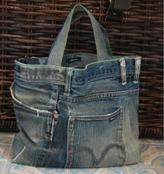 recycled denim shopping bag Jean Purses, Purses And Bags, Mochila Jeans, Sewing Jeans, Diy Sac, Bags Travel, Denim Purse, Denim Crafts, Recycled Denim