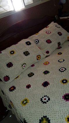 Conjunto colcha e capa para travesseiros. Feitos de crochê