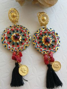 Pendant earrings with Sicilian cart wheels in Caltagirone ceramic, made and painted by hand with gold leaf applications, 4 cm diameter, bamboo red coral, brass coins and black cotton tassels. Henna Tattoo Designs, Antique Jewelry, Tassel Necklace, Jewerly, Handmade Jewelry, Beads, Antiques, Tattoos, Earrings