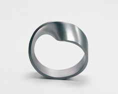 http://www.gijsbakker.com/pics/studio/jewellery/Aluminium_bracelets_65_LusBracelet.jpg