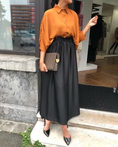 2019 Hijab Skirt Combs Black Elastic Skirt With Long Waist Yellow Shirt Shirt Black Stiletto Shoes – SadeKadınlar Moda ve Kombin Hijab Skirt Combs Black Skirt With Long Waist Yellow Skirt Shirt Black Stiletto Shoes # Tesettür the Muslim Fashion, Modest Fashion, Fashion Dresses, Modern Hijab Fashion, Fashion Clothes, Hijab Chic, Hijab Casual, Dress Casual, Casual Chic
