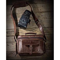 Diese angesagte und praktische Leder-Kameratasche eignet sich auch als Handtasche, Freizeittasche und UmhängetascheLieferumfang: 1 Kameratasche aus Leder - Innenmaß 25cm X 15cm X 15cmSie können es natürlich so handhaben wie Millionen von Touristen in aller Welt: Lassen Sie Ihre Kamera einfach an einem Riemen um den Hals baumeln. Was den Pauschaltouristen recht ist, kann Ihnen doch billig sein, oder? Falls Sie jedoch Wert darauf legen von den Einheimischen Ihres Reiselands nicht automatisch…