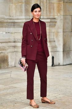 Giovanna Battaglia usa look all burgundy com conjunto alfaiataria e flat de onça.