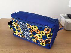 Trousse de toilette Fringante bleu à bulles jaunes et oranges cousue par Barbara - Patron Sacôtin