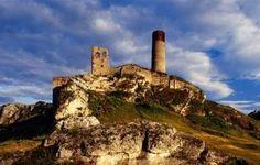 Zamek w Olsztynie posadowiono na skałach już w drugiej połowie XIII wieku, jako jeden z elementów systemu obronnego Małopolski od strony Śląska. Kazimierz Wielki znacznie go rozbudował. Jako że zamek doskonale spełniał powierzone mu zadanie, również Jagiellonowie dbali o jego dobry stan – ustanowili tu nawet starostwo. Katastrofalny dla warowni – jak i dla całej Polski - okazał się potop szwedzki z połowy XVII wieku i późniejsza wojna północna.