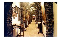 Salah satu lorong dalam bangunan museum Ullen Sentalu yang dipenuhi lukisan dan bukti sejarah keraton Surakarta dan Yogyakarta. nakarasido