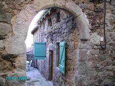 Maison de caractère en pierre, située en Ardèche dans vieux village de la vallée de l'Eyrieux.