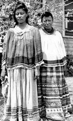 Florida Memory - Seminole women - Between 1930-1949 - Postcard Collection.