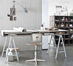 Espacio de trabajo de estilo nórdico, natural, vintage, empolvado blanco [Foto: Jeroen van der Spek.]