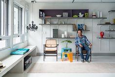 """""""APÓS REFORMA, APÊ GANHA DECORAÇÃO CLEAN E DESPOJADA Banhado por iluminação natural, o apartamento todo branco ficou mais alegre com porções coloridas em paredes e peças de mobiliário, além de apresentar soluções espertas. Projeto do Superlimão Studio."""""""