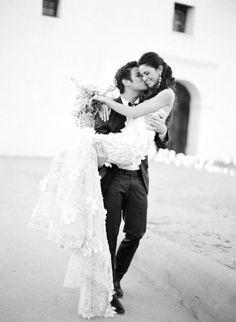 sposo_prende_in_braccio_sposa_casa