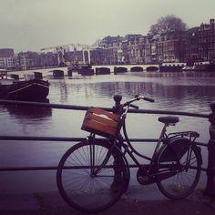 Bicis canales y puentes levadizos en #Amsterdam #viajar #viajes #viaje #travellers #travel #instatravel #Holanda #Holand #igersbilbao #igerseuskadi #Bike #Bicicletas #VanMolen by a50mmdelmundo