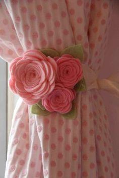 Felt rose curtain tie backs. Felt Roses, Felt Flowers, Diy Flowers, Fabric Flowers, Paper Flowers, Felt Diy, Felt Crafts, Diy And Crafts, Rose Curtains