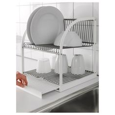 IKEA - BESTÅENDE, Dish drainer, The dish drainer can be made larger by pulling out the tray, so you can fit a lot of dishes on a small area.The removable tray collects water from the dish drainer.Holds large plates with a dia. up to 32 cm as well. Kitchen Rack, Kitchen Shelves, Ikea Kitchen, Kitchen Utensils, Kitchen Storage, Plate Storage, Casa Clean, Ikea Family, Dish Drainers