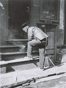 Until the Xinhai Revolution in 1911 Chinese living abroad were forced to wear a queue as an expression of their loyalty to the Manchu Qing emperor. Photo in San Francisco Chinatown from Chinese American, American History, Last Emperor Of China, Single Braids Hairstyles, Economic Geography, Yellow Peril, Asian Singles, Asian History, Female Photographers