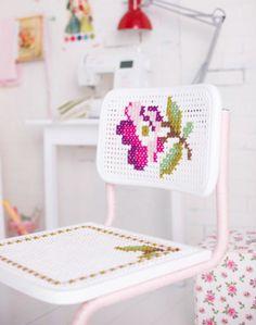 Venetsia-tuoli kaunistuu ristipistoilla. Cross stitch a rose to a tube chair. | Unelmien Talo&Koti Kuva: Satu Nyström Toimittaja: Anette Nässling