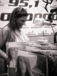 Η Έλενα Παπαρίζου στο studio του Κοσμοράδιο 95,1
