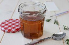 Vodu s cukrem povaříme na mírném plameni 20 minut.Pak odstavíme ze zdroje tepla, přidáme tymián a necháme louhovat až do úplného vychladnutí.Po... Fruit Tea, Cantaloupe, Herbalism, Mason Jars, Food And Drink, Honey, Herbs, Tableware, Health