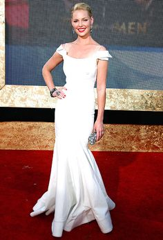 Katherine Heigl carried a Mary Norton clutch and wore a Zac Posen gown at the 2007 Emmys. Dior Gown, White Evening Gowns, Katherine Heigl, Red Carpet Gowns, Column Dress, Red Carpet Fashion, Dress Me Up, Nice Dresses, Celebrity Style