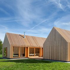 Wohnhaus aus Holz is a wooden house Wohnhaus aus Holz = Wood House in English designed by German studio Khnlein Architektur. Wohnhaus aus Holz is situated on a high plateau in Upper Palatinate, a part of Bavaria, Germany. Wooden Architecture, Residential Architecture, Contemporary Architecture, Architecture Design, Modern Barn, Modern Farmhouse, Green Design, Eco Design, Wooden Facade