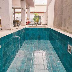 """B A M B O O on Instagram: """"Dia de revestir essa piscina que vai ficar sensacional!!! 🤩 🏠 projeto : @mocaarquitetura #arquiteturadeinteriores #revestimentos #obras"""" Swimming Pools, 1, Outdoor Decor, Instagram, Home Decor, Swimming Pool Products, Log Projects, Swiming Pool, Pools"""