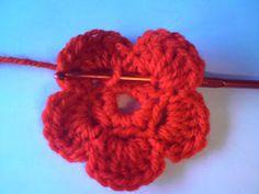 Silles hantverk: Virkad blomma Crochet Flowers, Braided Hairstyles, Hair Accessories, Creative, Fun, Crafts, Crochet Ideas, Beauty, Madrid