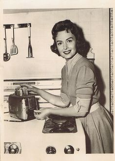 Image detail for -Here is a photo of Donna Reed in all her housewifely glory. The Donna Reed Show 1950s Housewife, Vintage Housewife, Photo Vintage, Vintage Photos, Vintage Ideas, Mode Vintage, Retro Vintage, Vintage Kitchen, Kitchen Retro