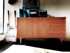 Im neuen Zuhause, in dem Fall im Büro für Urbane Zwischenwelten, angekommen - das 60er-Jahre-Sideboard mit schönen Griffen aus gebogenem Schichtholz vom VEB Universal Möbelwerk Berlin-Johannisthal. Jetzt verschönert es das Tapetenwerk. ❤️ http://www.urbane-zwischenwelten.de/