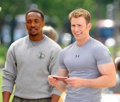 Chris Evans Workout To get in Captain America shape, Chris Evans usespersonal trainer Simon Waterson. He recently filmed Captain America: The Winter Soldier. Chris Evans' workout comes directly from an interview his trainer gave to GQ Magazine: On Monday we would do a circuit, then back & arms: a lot of big deadlifting, shrugging, the