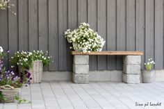 DIY garden bench ideas small cinder block bench wood slats flower pots - All For Garden Cinder Block Furniture, Cinder Block Bench, Cinder Block Garden, Cinder Blocks, Bench Block, Diy Garden Seating, Small Garden Bench, Diy Garden Benches, Outdoor Projects