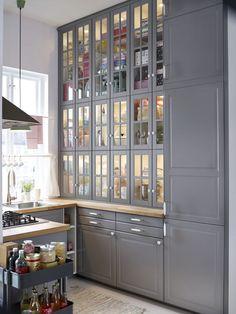 Quasiment sur-mesure, les rangements de la cuisine Ikea Metod permettent de s'étendre jusqu'au plafond. Cuisine Metod, façades Bodbyn gris, Ikea.