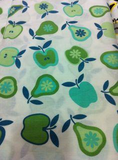 estampa com temática de frutas nas cores branco e tons de verde