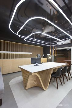 Simplistic Office Interior With Beguiling Aesthetics Office Ceiling Design, Modern Office Design, Office Interior Design, Office Interiors, Commercial Design, Commercial Interiors, Architect Design House, Panel Led, Futuristic Interior