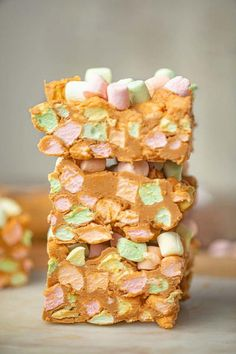 Peanut Butter Confetti Squares - Dinner, then Dessert Peanut butter confetti squares are an easy colorful dessert with fruity marshmallows, peanut butter, and butterscotch chips to make the perfect marshmallow fudge dessert. Marshmallow Fudge, Mini Marshmallows, Recipes With Marshmallows, Toasted Marshmallow, Marshmellow Squares, Peanut Butter Squares, Peanut Butter Fudge, Creamy Peanut Butter, Color Composition