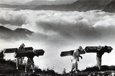 SEBASTIÃO SALGADO Wood delivery men for the villages of the eastern Sierra Madre, Mexico. Men carry loads of wooden planks on their backs along a trail high in the mountains. Edward Weston, Documentary Photographers, Best Photographers, Throughout The World, Around The Worlds, Inspiration Artistique, Berenice Abbott, Photoshop, Photojournalism
