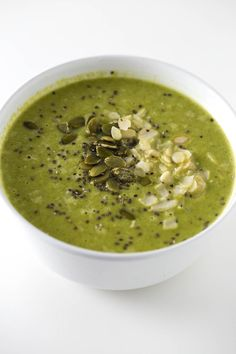 Spinach Soup Immune Boosting Green Soup (Vegan and GF) - This soup is perfect to boost your immune system and is also great if you're already sick. The ingredients are awesome and have amazing health properties. Healthy Soup, Healthy Eating, Healthy Recipes, Vegan Recetas, Soup Recipes, Cooking Recipes, Green Soup, Vegan Soups, Detox Soup