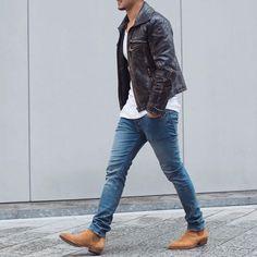 Un homme à la mode Veste en cuir Marron foncé, T-Shirt blanc, jean bleu clair, chaussures marron clair... Sobre, urbain, stylé  #Jeans #ModeHomme                                                                                                                                                                                 Plus