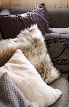 Interiør Hedda-hytta. Foto: Bjørgli/Bergersen. Styling: KråkvikD'Orazio Shag Rug, Throw Pillows, Vacation, Blanket, Deco, House, Shaggy Rug, Toss Pillows, Vacations