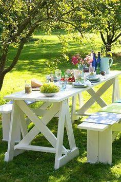 Table et banc de jardin fabriqués à partir de palettes en bois puis peint avec peinture blanche
