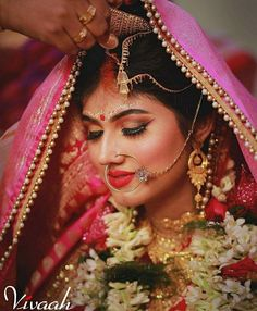 Enchanting Photographs That Illustrate Sindoor Moment is The Most Heart-Stopping Moment of All in Weddings Bridal Wedding Dresses, Wedding Pics, Wedding Couples, Wedding Notes, Wedding Sarees, Wedding Shot, Bengali Bride, Bengali Wedding, Indian Wedding Couple Photography