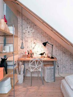 Colori neutri e linee pulite con alcuni tocchi fluo per questa #mansarda dallo stile nordico con tocchi vintage #workspace