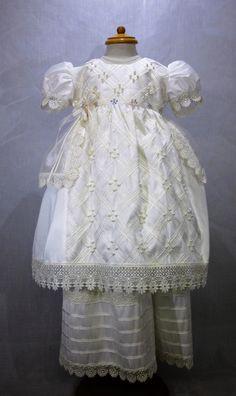 Ropón de Bautismo modelo 153M, color beige, elaborado en shantung con aplicaciones de perlas, cintilla en rombos y tira bordado y gorro, bordado, desmontable.