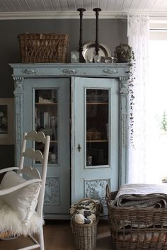 shabby chic kitchen designs – Shabby Chic Home Interiors Shabby Chic Kitchen, Shabby Chic Homes, Muebles Shabby Chic, Blue Painted Furniture, Painted Armoire, Style At Home, Shabby Cottage, Cottage Chic, Cottage Farmhouse
