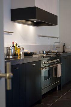 27 Simple Small Kitchen Ideas to Maximize Space [Trick & Tips] - Pandriva Kitchen Larder, Kitchen Items, Kitchen And Bath, New Kitchen, Kitchen Storage, Kitchen Dining, Kitchen Decor, Kitchen Cabinets, Black Kitchens
