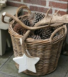 Dream garden: basket with pine cones and antlers. nice decoration in the garden for fall / winter Natural Christmas, Rustic Christmas, Winter Christmas, Christmas Home, Christmas Crafts, Xmas, Simple Christmas, Home Decor Baskets, Basket Decoration