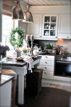 Vi begynner med kjøkkenet og spisestuen! Her har det jo skjedd store forandringer og blitt mer åp...