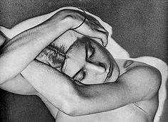 Dada ne peut pas vivre à New York ». C'est sur cette phrase définitive que Man Ray, autrement dit Emmanuel Rudzitsky (1890-1976), alors jeune peintre et photographe américain, embarque pour Paris en 1921. Dans la capitale française, il séjourne dans la chambre 37 du Lenox. Et, il devient en quelques années l'un des chefs de file de l'avant-garde artistique. Histoire.http://www.paris-hotel-lenox.com/fr/actualites/man-ray-au-lenox