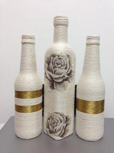 GARRAFA DECORADA Wine Bottle Vases, Recycled Glass Bottles, Glass Bottle Crafts, Diy Bottle, Bottles And Jars, Glass Jars, Pottery Painting Designs, Altered Bottles, Bottle Painting