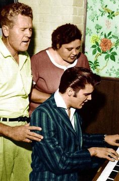 Elvis singing with parents vernon and gladys presley Lisa Marie Presley, Priscilla Presley, Elvis Und Priscilla, Elvis Presley Family, Elvis Presley Photos, Beatles, Rock N Roll, Are You Lonesome Tonight, Young Elvis